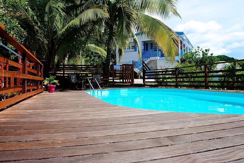La résidence vue de sa piscine