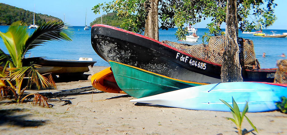 Les bateaux des pécheurs sur la plage de l'anse à l'ane