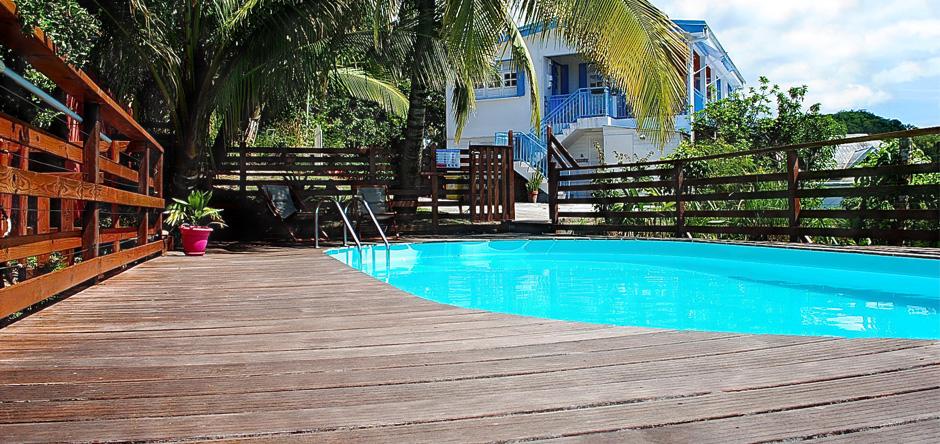 La jolie résidence vue de sa piscine